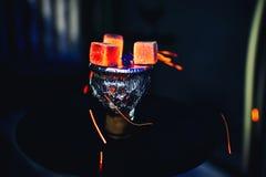 Carvões quentes na folha na bacia de fumo de cigarro do cachimbo de água foto de stock royalty free