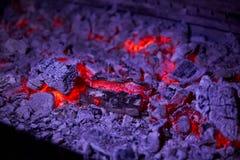 Carvões quentes no close up da grade no restaurante fotografia de stock royalty free