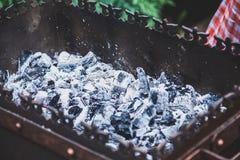 Carvões quentes no close up do soldador do metal fotos de stock royalty free