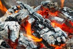 Carvões quentes no fogo imagem de stock royalty free
