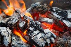 Carvões quentes no fogo imagem de stock