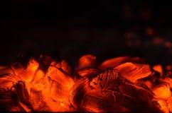 Carvões quentes no fogo fotos de stock royalty free