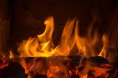 Carvões quentes no fogo fotografia de stock