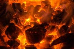 Carvões quentes no fogo fotografia de stock royalty free
