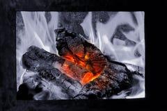 Carvões quentes no fogo, línguas da elevação da chama sobre a lenha imagem de stock