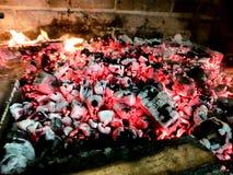 Carvões quentes no fogo imagens de stock