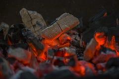 Carvões, umedecimento do fogo foto de stock royalty free