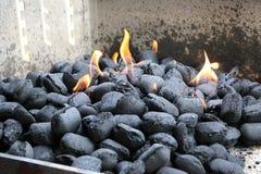 Carvões vegetais ardentes na grade imagem de stock royalty free