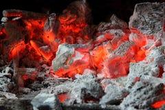 Carvões vermelhos ardentes de um fogo foto de stock