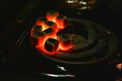 Carvões vermelhos ardentes para o cachimbo de água, calorosos no fogão imagem de stock royalty free