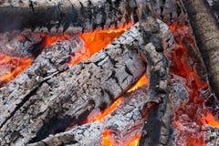 Carvões vermelhos de ardência no fogo imagens de stock royalty free
