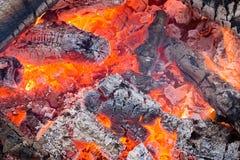 Carvões vermelhos de ardência no fogo fotografia de stock