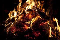 Carvões vermelhos de uma noite da fogueira Imagens de Stock Royalty Free