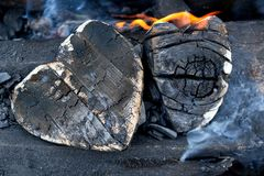 Carv?es quentes e madeiras ardentes sob a forma do cora??o humano Incandesc?ncia e carv?o vegetal flamejante, fogo vermelho brilh fotografia de stock