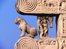Carved a décoré des piliers de monument bouddhiste de sanchi dans l'Inde Photographie stock libre de droits