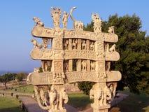 Carved a décoré le passage du monument bouddhiste de sanchi dans l'Inde Image libre de droits