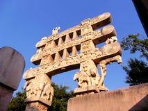 Carved decorou a entrada do monumento budista do sanchi em india imagens de stock