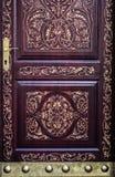 Carved dourou a porta com detalhes e o punho de bronze fotos de stock