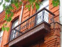Carven balkon na starym ulistnieniu i domu zdjęcie royalty free