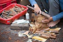 Carver de madera en el trabajo Imágenes de archivo libres de regalías