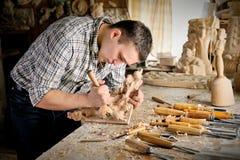 Carver que trabalha com plano no estúdio da arte Imagem de Stock