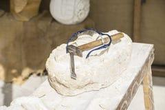 Carver, Tradycyjni średniowieczni rzeźb narzędzia w starym rynku wewnątrz obraz royalty free
