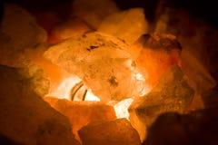 Carvões no incêndio Fotos de Stock Royalty Free