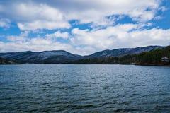 Carvin Cove Reservoir och grejar Mountain en vintersikt royaltyfri bild