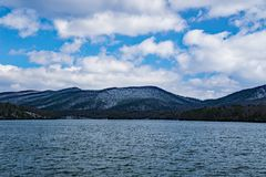 Carvin Cove Reservoir und Stümper Mountain, das ein Winter ansehen Stockbild