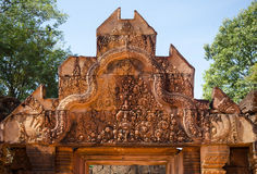 Carving details on top of the main entrance at Banteay Srei temp Royalty Free Stock Photos
