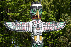 carving first nations pole totem 免版税图库摄影