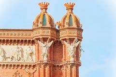 Carvings auf die Oberseite des Bogens de Triumph in Barcelona, Spanien Lizenzfreie Stockfotografie