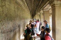 Carvings auf Wand in Angkor Wat lizenzfreie stockfotos