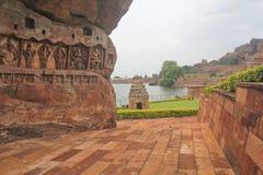 Carvings av hinduiska gudar på en kulle, Indien Royaltyfria Foton