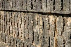 carvings chichen den mayan skallen för itzaen arkivbilder