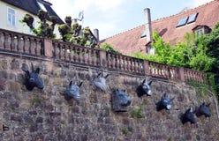 Carvings der Gesichter des Wolfs und sieben junger Ziegen auf einer Wand, Marburg Lizenzfreie Stockfotografie
