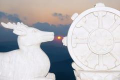 Carvings e sol de pedra budistas Fotografia de Stock
