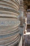 Carvings em colunas no templo hindu de Hoysaleshwara, Halebid, Karnataka, Índia Imagem de Stock