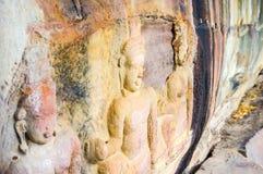 Carvings för Bas lättnad i en klippa vänder mot nära Siem Riep Angkor Preah Viharn den thailändska gränsen i Cambodja Royaltyfria Bilder