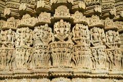 Carvings i den Chaumukha templet i Ranakpur arkivbilder
