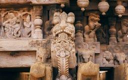 Carvings indianos tradicionais de séculos passados Cabeça animal e povos antigos na parede de madeira, templo hindu velho na Índi Fotos de Stock