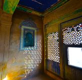 Carvings intrincados, telhas, mosaicos, e laço-como carvings da janela no palácio de Bundi foto de stock