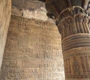 Carvings jeroglíficos em uma parede egípcia do templo Fotografia de Stock