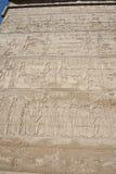 Carvings jeroglíficos em uma parede egípcia do templo Imagem de Stock Royalty Free