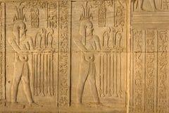 Carvings jeroglíficos no templo de Kom Ombo, Egito fotos de stock