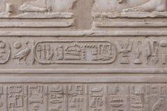 Carvings jerogl?ficos de pedra no templo de Kom Ombo imagens de stock