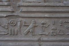 Carvings jerogl?ficos de pedra no templo de Kom Ombo fotos de stock royalty free