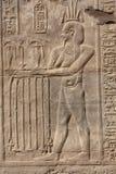 Carvings jerogl?ficos de pedra no templo de Kom Ombo fotografia de stock