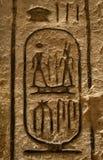Carvings jerogl?ficos de pedra no templo de Kom Ombo imagens de stock royalty free
