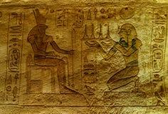 Carvings jerogl?ficos de pedra no templo de Kom Ombo imagem de stock royalty free